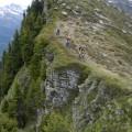 links vom Grat geht der Steig runter